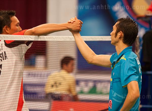 Tiến Minh bắt tay với đối thủ sau chiến thắng