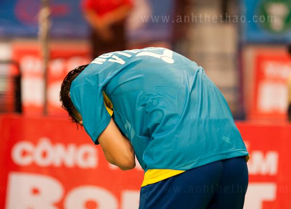 Tiến Minh xúc động khi chiến thắng trước tay vợt Indonesia