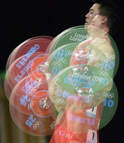 Lực sĩ Kim Un Guk của Bắc Triều Tiên thi đấu ở hạng cân 62 kg và giành HC vàng.