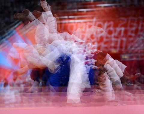 Trận đấu giữa võ sĩ Azerbaijan, Elkhan Mammadov (áo trắng) và đối thủ người Đức, Christophe Lambert ở hạng cân 90 kg.