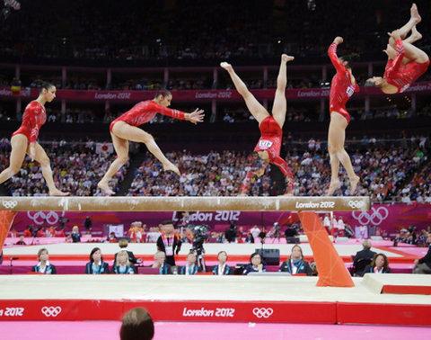 Ngườ đẹp môn thể dục dụng cụ của Mỹ, Alexandra Raisman 'nhảy múa' trên chiếc cầu thăng bằng.