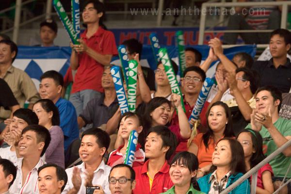 Khán giả cỗ vũ cho tay vợt Tiến Minh-trong giải Yonex Sunrise 2012