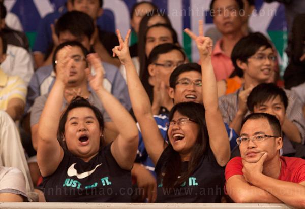 Khán giả cuồng nhiệt với tay vợt Tiến Minh - Yonex Sunrise 2012
