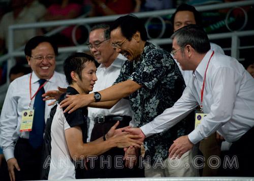 Các lãnh đạo chúc mừng chiến thắng của Tiến Minh