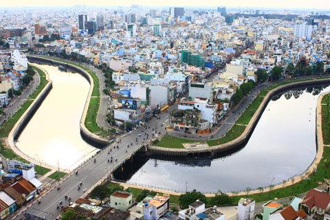 Bức ảnh đạt giải nhất chủ đề Những gì đẹp nhất của TP HCM của  Nguyễn Hữu Nghĩa. Tác phẩm được chụp từ trên chung cư của tác giả đang ở lấy hình ảnh con kênh uốn lượn ôm lấy thành phố.