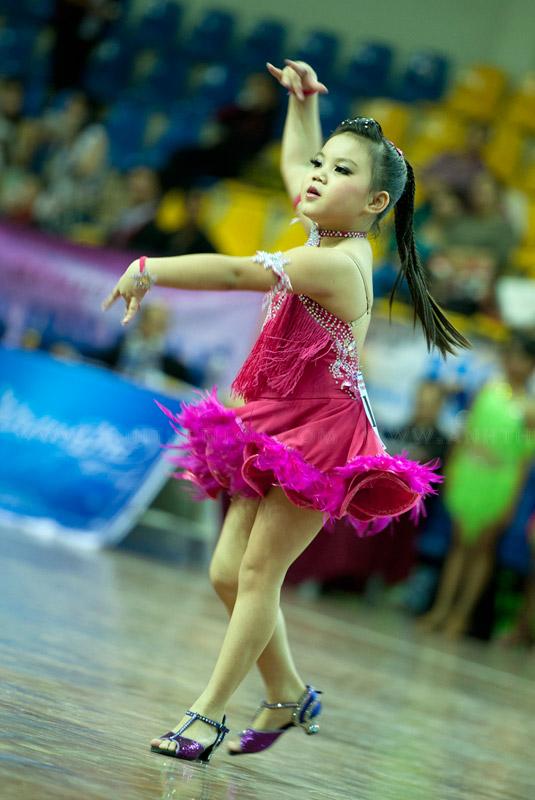 Vũ điệu Chachacha của bé gái thật dễ thương