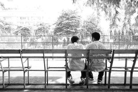 Bức ảnh đạt giải nhất chủ đề Mồ hôi của tác giả Châu Trần Minh Hoàng.  Với tông màu đen trắng tác giả chụp lại hình ảnh 2 người đàn ông lưng áo ướt đẫm mồ hôi ngồi giữa trưa nắng.