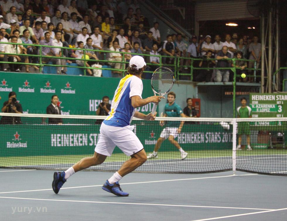 Feliciano Lopez và Gilles Simon trong một pha đối đầu