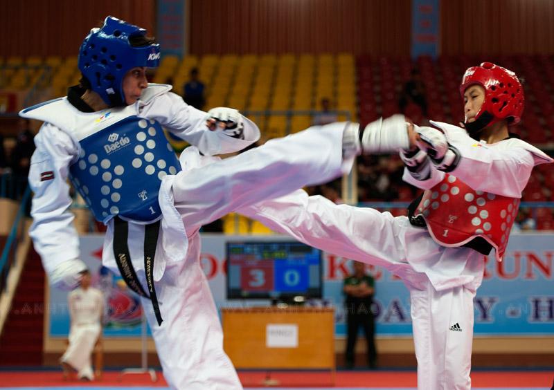 Cao Thi Kim Cho đỡ đòn chân của đối thủ