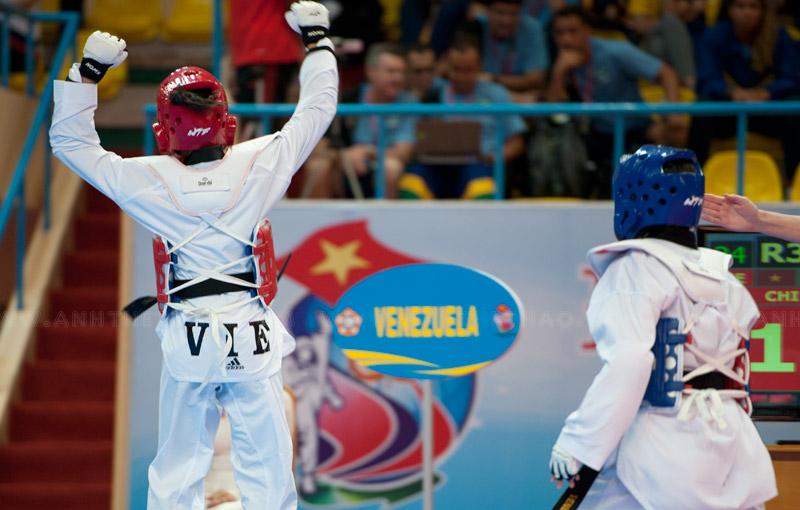 Kim Chi vui mừng khi dẫn trước điểm số