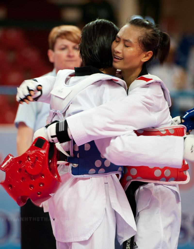2 đấu thủ ôm nhau khi kết thúc trận đấu