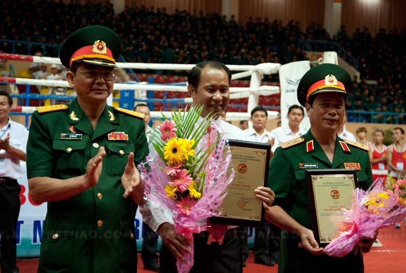 Phó tổng tham mưu trưởng Vũ Đức Thịnh nhận kỷ niêm chương