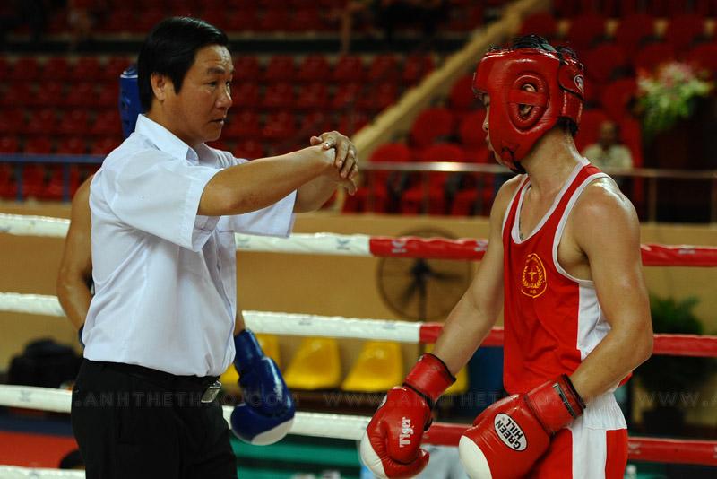 Trọng tài cảnh võ sĩ ôm đối thủ