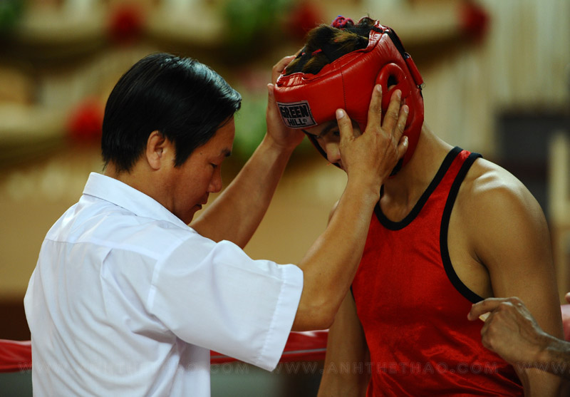 Trọng tài kiểm tra võ sĩ trước khi thi đấu
