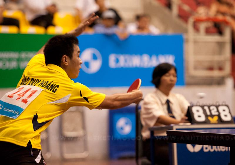Dù rất cố gắng nhưng Duy Hoàng vẫn không thể vượt qua tay vợt lão luyện Singapore