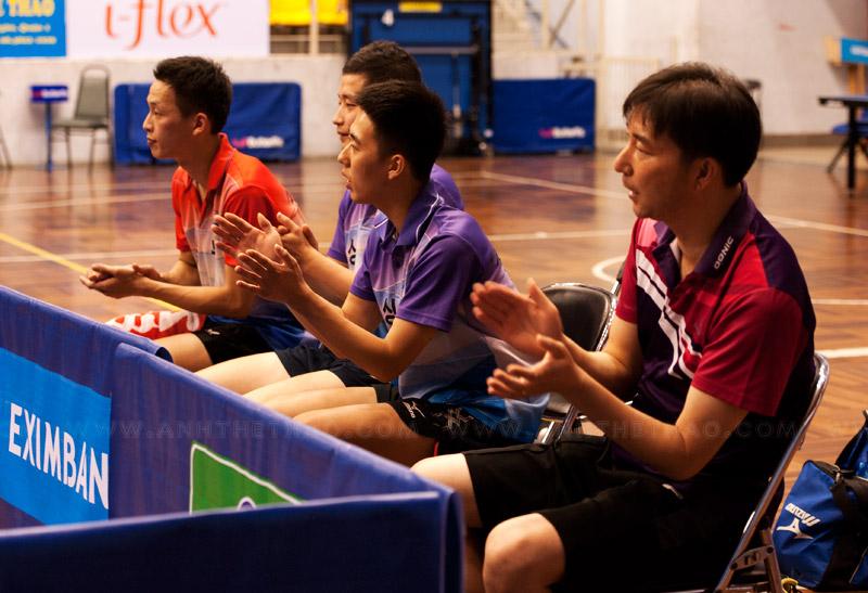 Đồng đội cổ vũ cho tay vợt Hàn