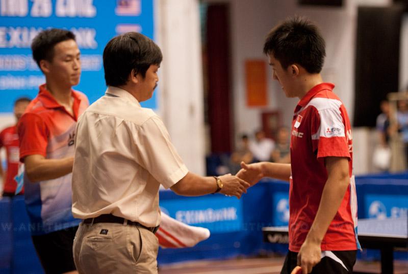 2 tay vợt bắt tay