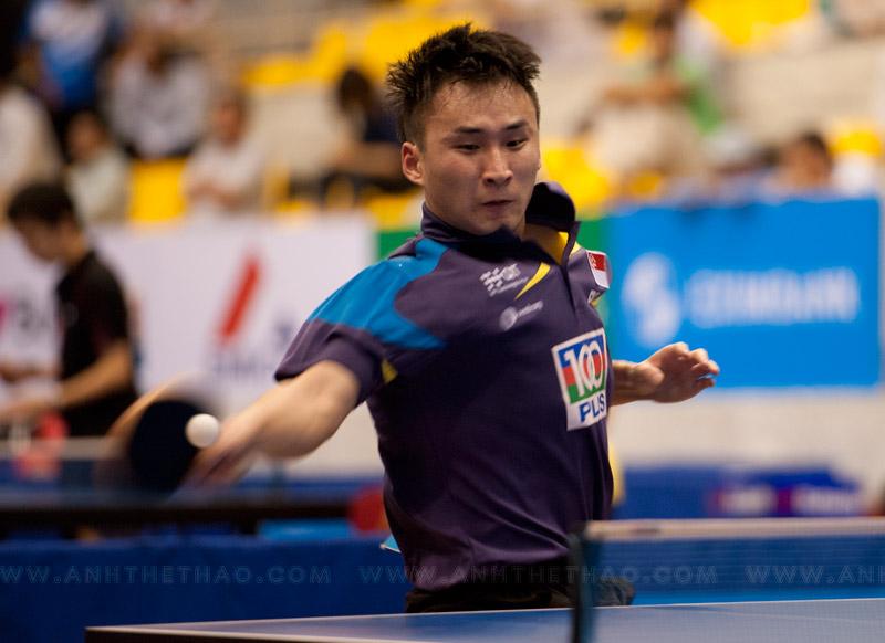 Pha bóng đẹp mắt của tay vợt Singapore
