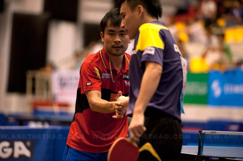 2 tay vợt bắt tay nhau sau khi kết thúc trận đấu