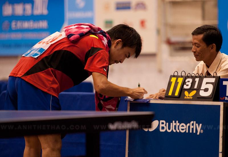 Vị giám khảo hay mỉm cười suốt trận đấu, có lẽ anh cũng vui lây với chiến thắng của Tấn Quỳnh