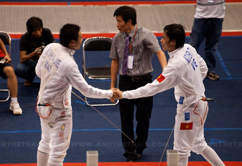 2 tay kiếm bắt tay sau khi kết thúc trận đấu