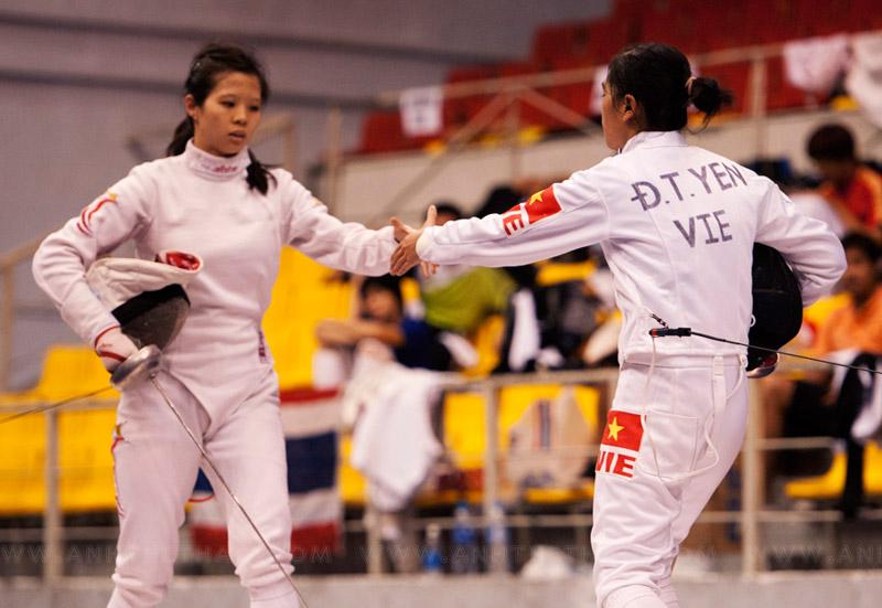 2 tay kiếm bắt tay sau khi kết thúc hiệp đấu