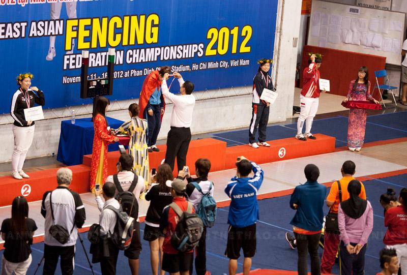 Lễ trao giải kiếm liễu nữ tại giải vô địch đấu kiếm đông nam á 2012