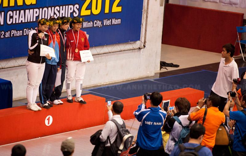 Các tay kiếm đoạt huy chương chụp ảnh lưu niêm