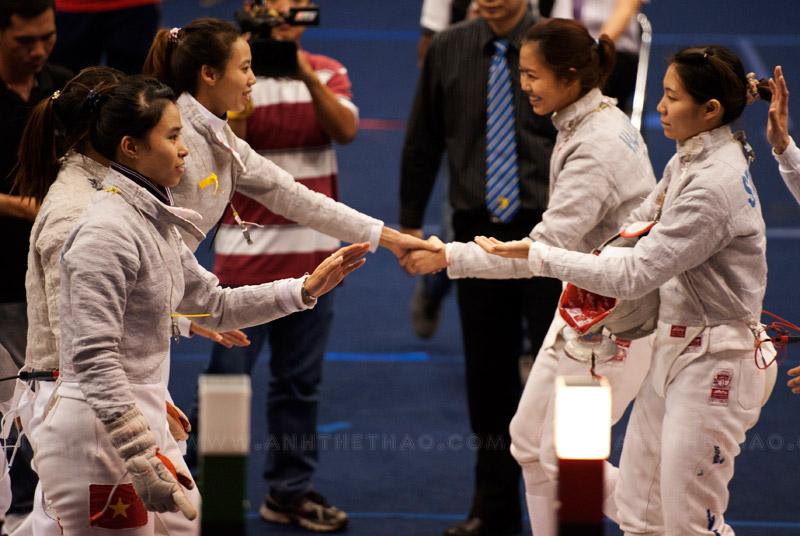 2 đội bắt tay trước trận đấu