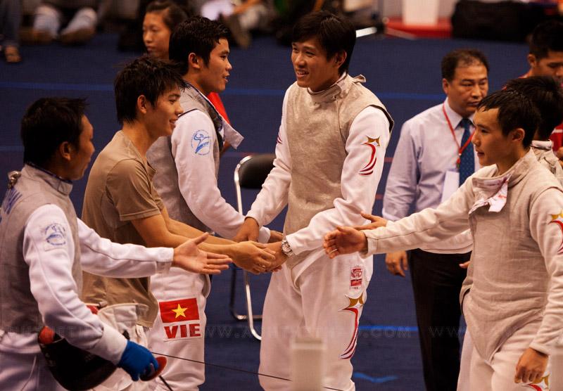 Các tay kiếm bắt tay nhau sau khi kết thúc trận đấu