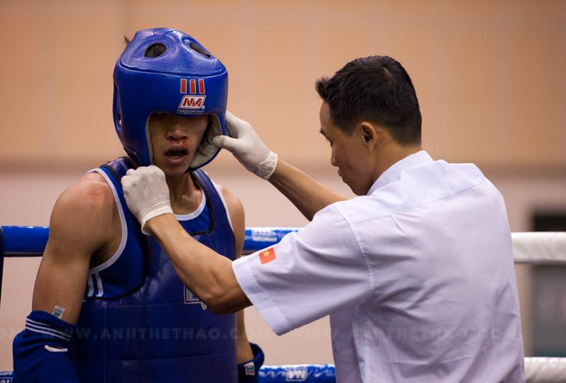 Trọng tài kiểm tra vết thương của võ sĩ Bình Phước