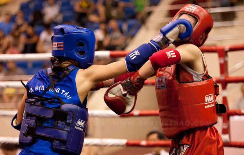 Nữ võ sĩ giáp xanh liên tục trúng đòn