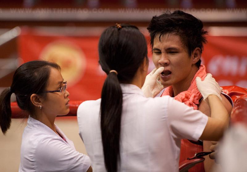 Y tá kiểm tra vết thương của võ sĩ
