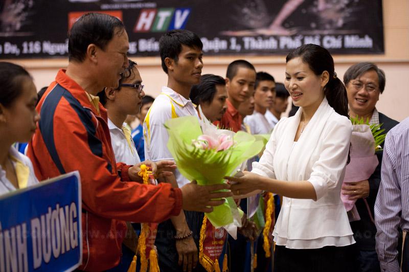 Các lãnh đạo trao hoa cho các VĐV Muay Thái
