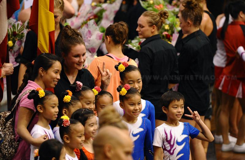 Khán giả dành nhau chụp hình lưu niệm với diễn viên múa