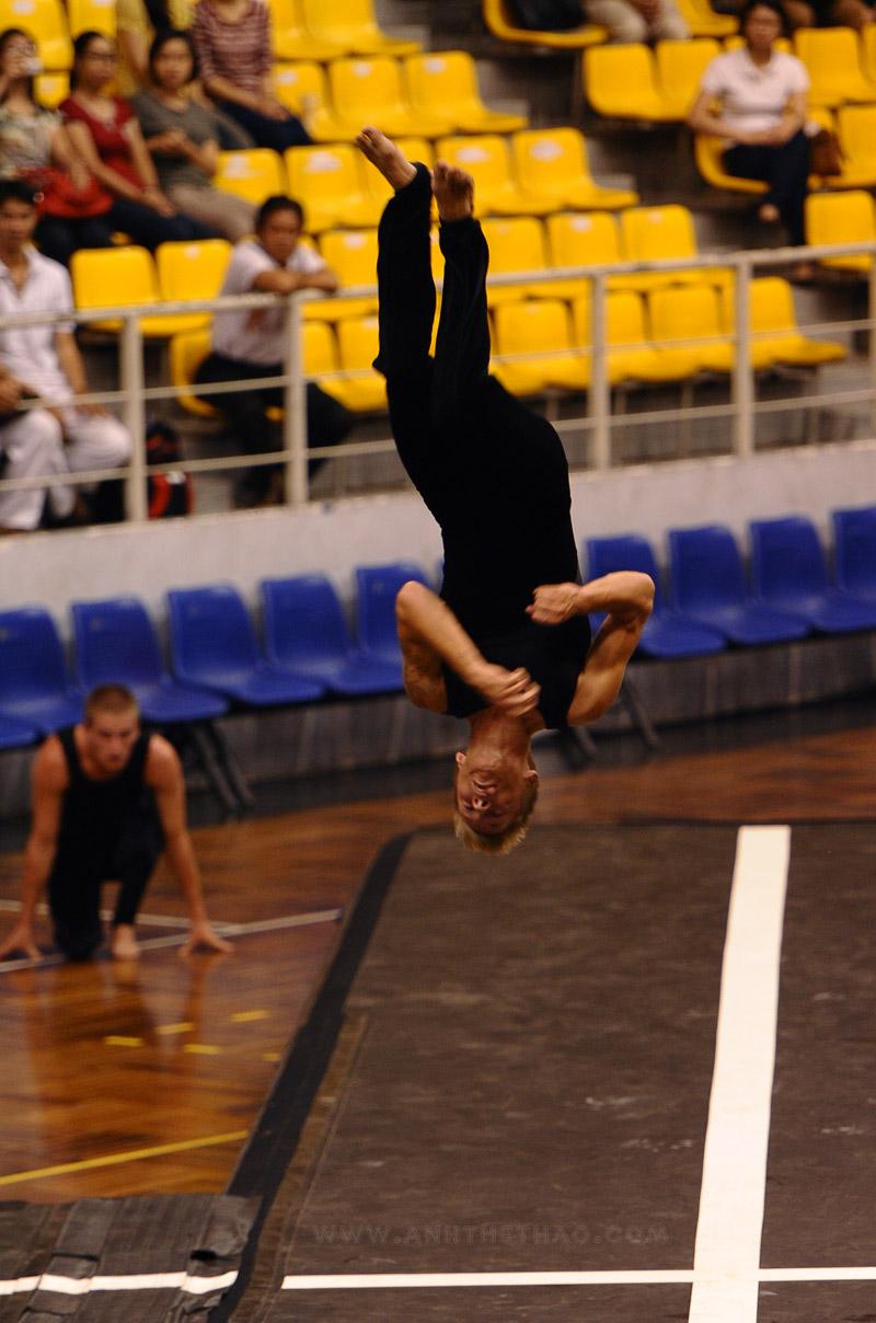Tiết mục nhảy cao santo 3 vòng của nhóm NDPT