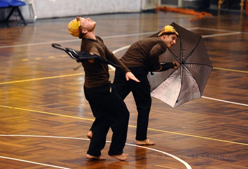 Màn biểu diễn ngộ nghĩnh với chiếc ô của nhóm NDPT