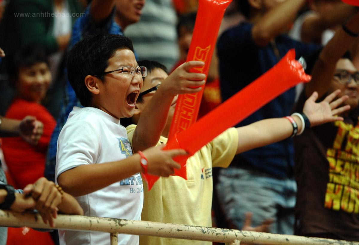 Cổ động viên nhí vui mừng khi Saigon Heat ăn điểm
