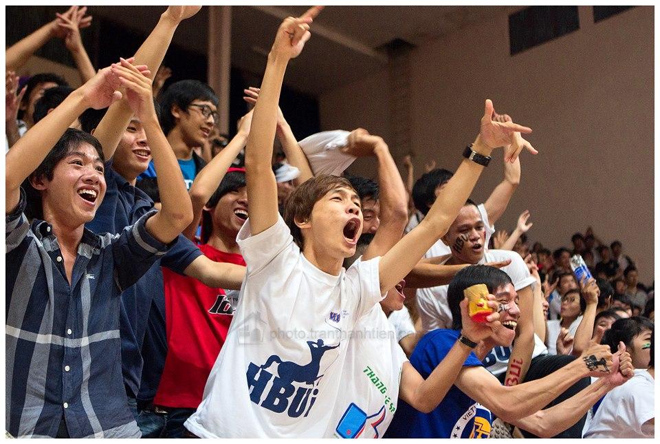 Hàng trăm cổ động viên của Đại học Hồng Bàng đến cổ vũ cho đội nhà