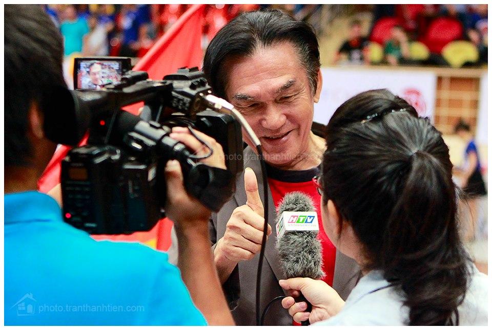 Thầy hiệu trưởng HBU vui vẻ khen ngợi những học trò của mình trước phóng viên HTV