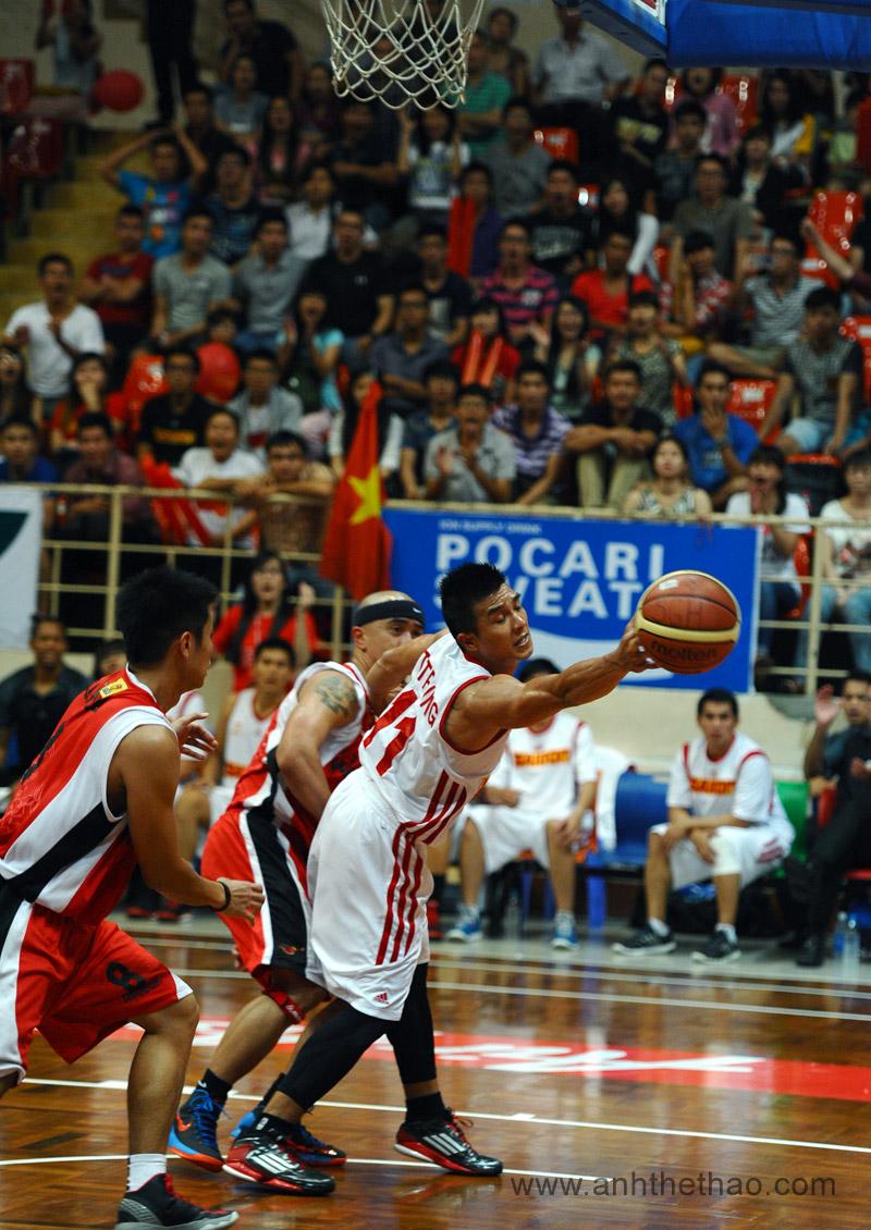 Pha tranh bóng giữa Saigon Heat và đội khách