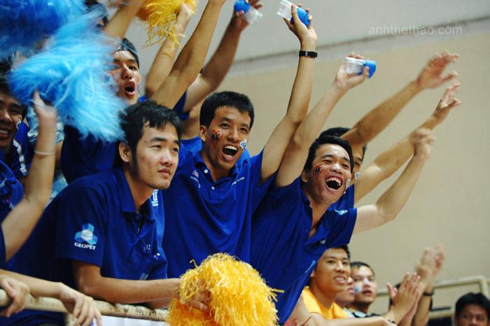 Cổ động viên ĐH Hồng Bàng vui mừng khi đội nhà dành chiến thắng