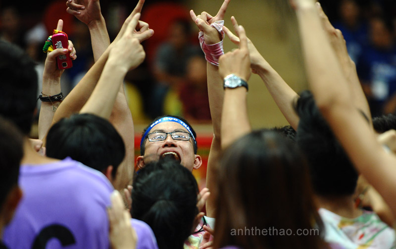 Đại Học Thăng Long hát vang để khích lệ tinh thần đội bóng