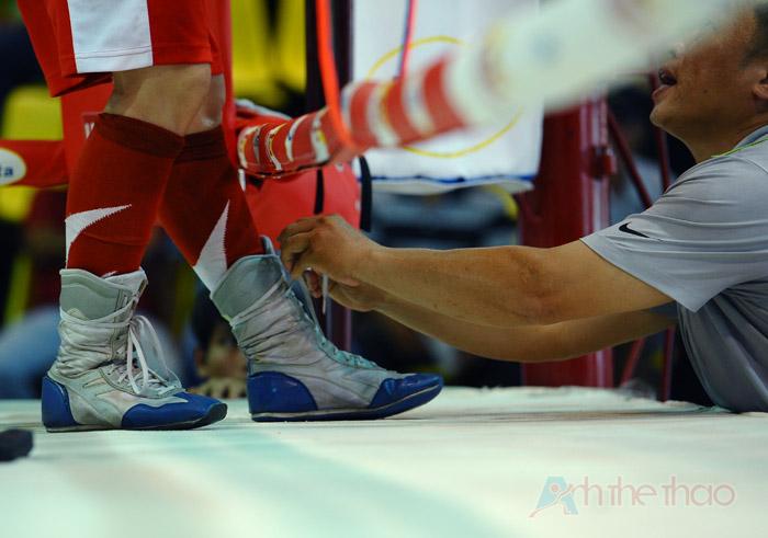 HLV buộc lại dây giày của võ sĩ