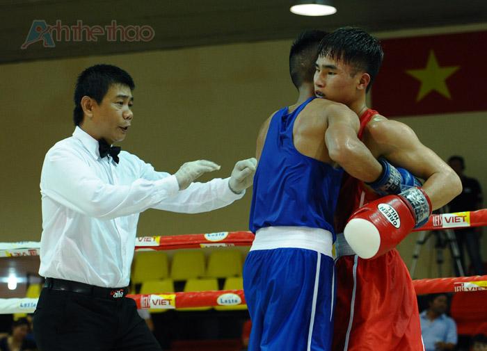 Trọng tài yêu 2 võ sĩ dừng thi đấu