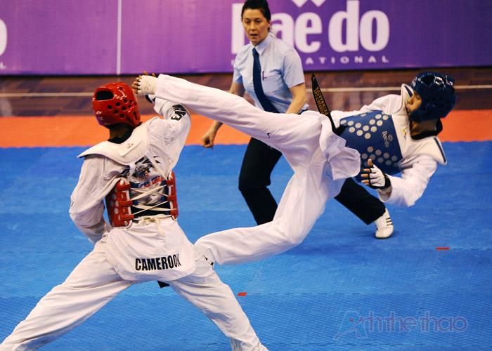 Pha tấn công bằng chân của võ sĩ Lào