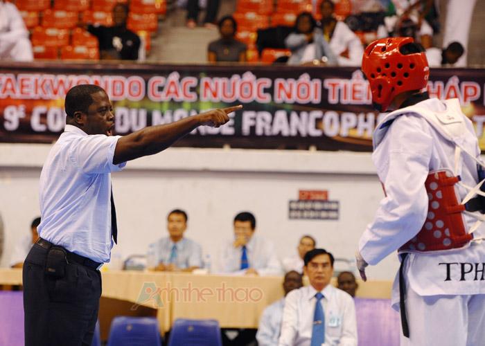 Trọng tài cảnh cáo võ sĩ Vietnam