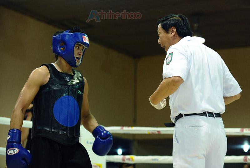 Trọng tài yêu cầu võ sĩ không được ôm đối thủ