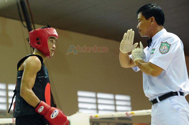 Yêu cầu võ sĩ nghe hiệu lệnh của trọng tài