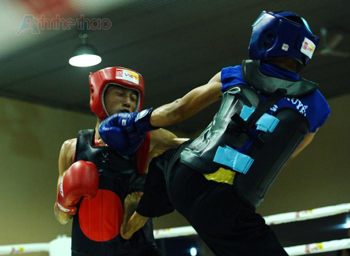 Đòn tấn công của Trần Văn Trung (giáp xanh)